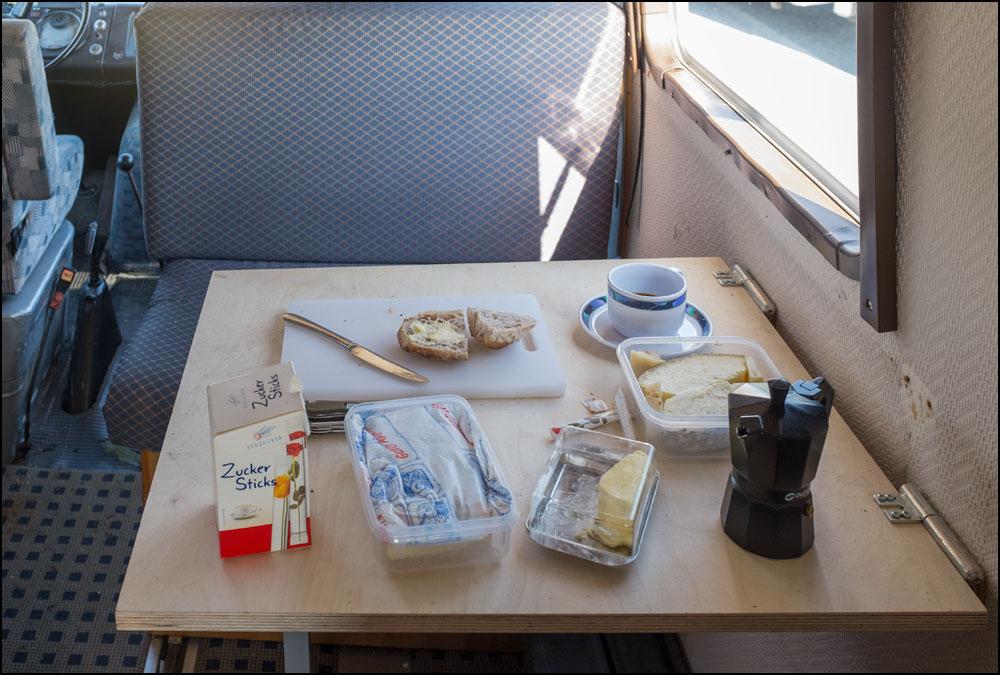 Das morgendliche Frühstückstischle im Bus