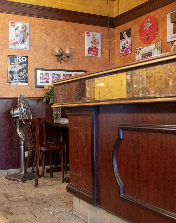in einer kleinen Bar